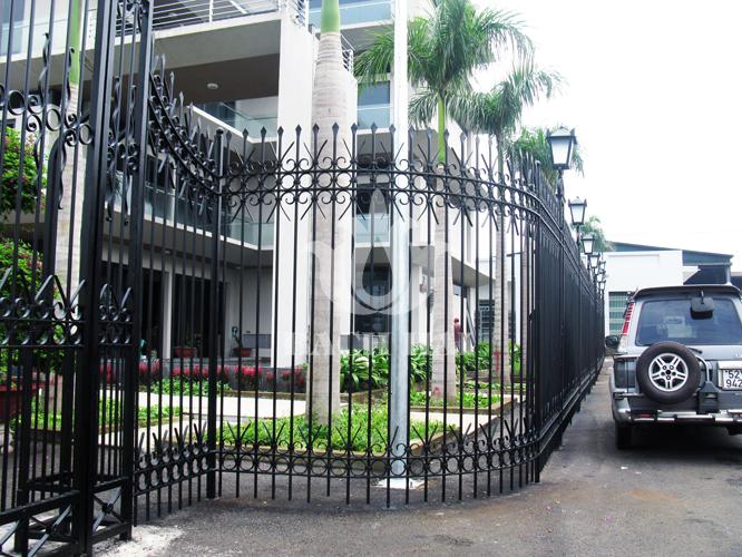 Hàng rào sắt biệt thự kiểu cách sang trọng, bền vững cùng thời gian.
