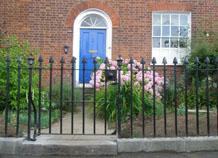 Bảo vệ nhà bằng hàng rào sắt đơn giản