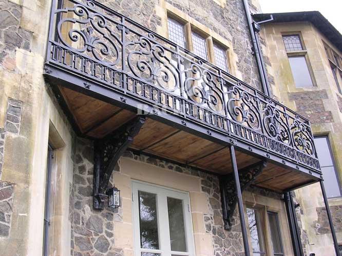 Ban công sắt phong cách cổ điển trang trí nhà
