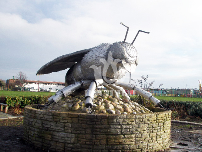 Con ong sắt trang trí công viên thiết kế tinh xảo trang nhã, mang giá trị thẩm mỹ.