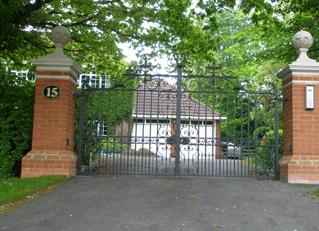 Các mẫu cửa cổng sắt đẹp biệt thự tôn vinh vẻ đẹp ngôi nhà