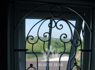 Khung cửa sổ sắt trang trí họa tiết hoa văn lịch lãm.